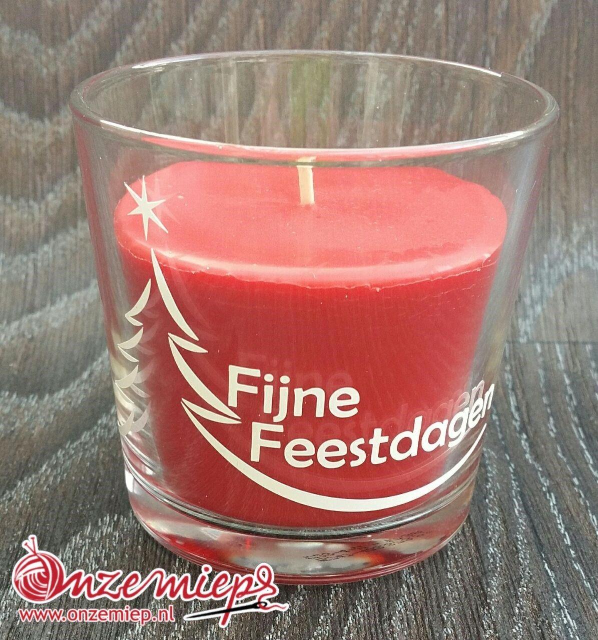 """Rode geurkaars met de tekst """"Fijne feestdagen"""""""