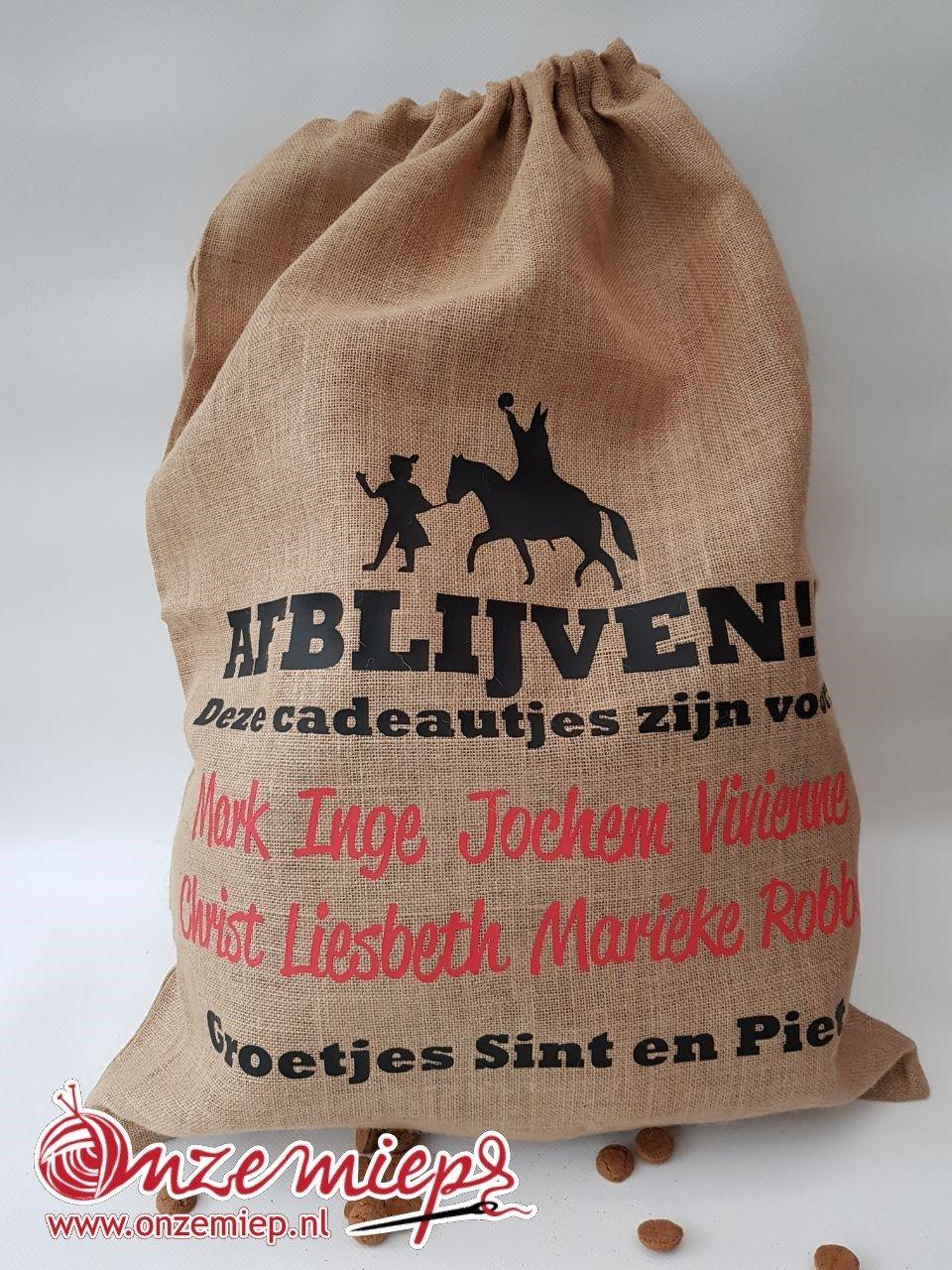 """Persoonlijke jute zak voor cadeautjes met de tekst """"Afblijven!!! Deze cadeautjes zijn voor: ... Groetjes Sint en Piet"""