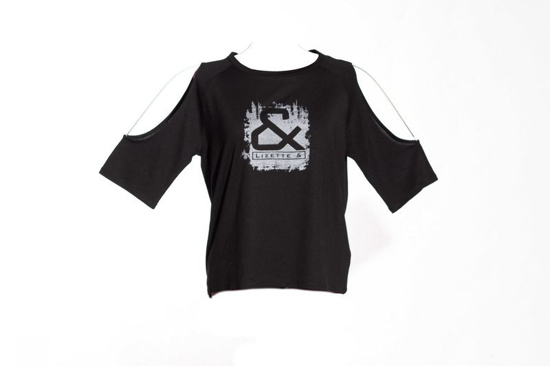 Girls shirt with bare shoulders & silver print