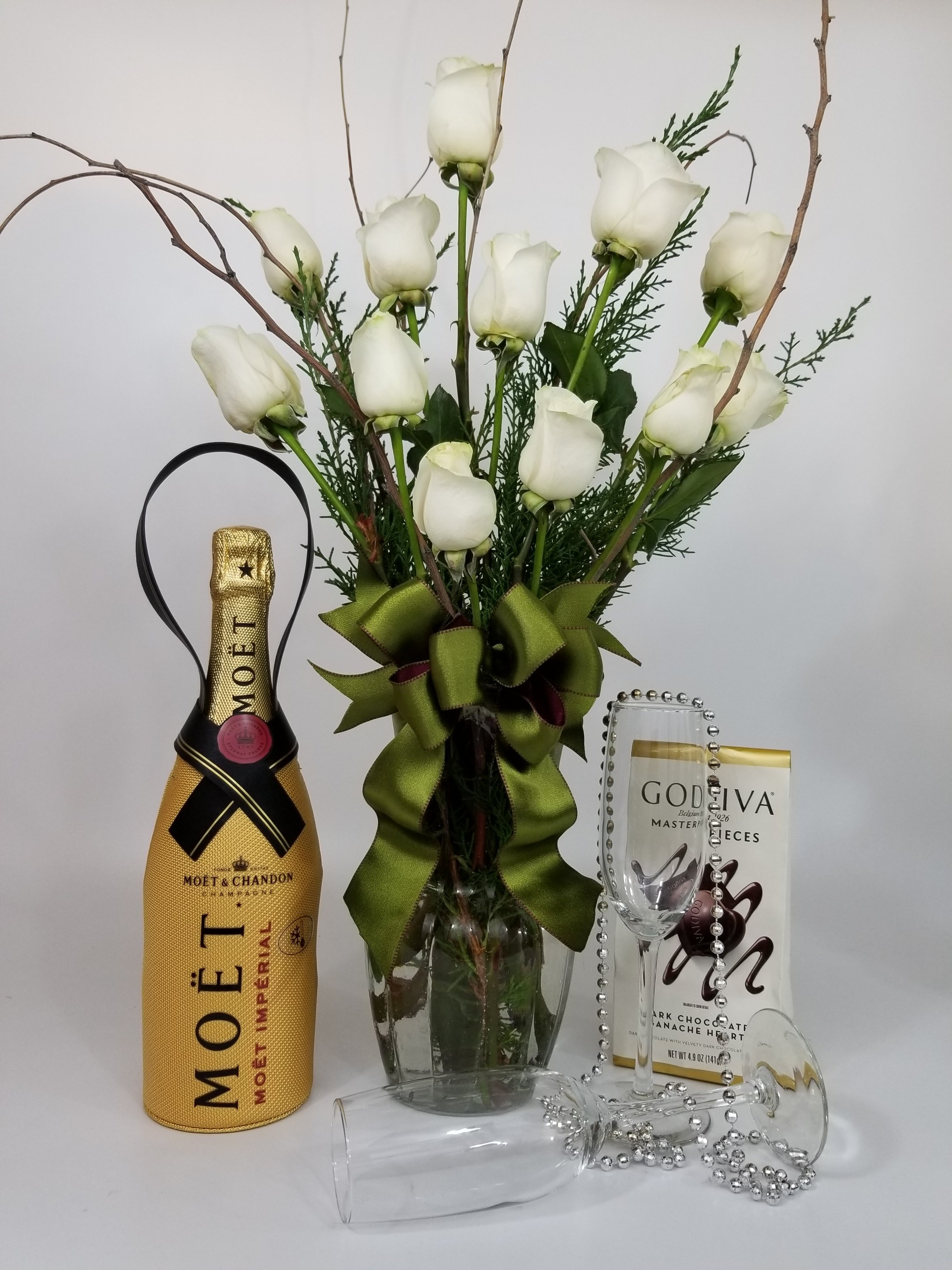 Red or White Roses with Champagne and Chocolates FR-0003