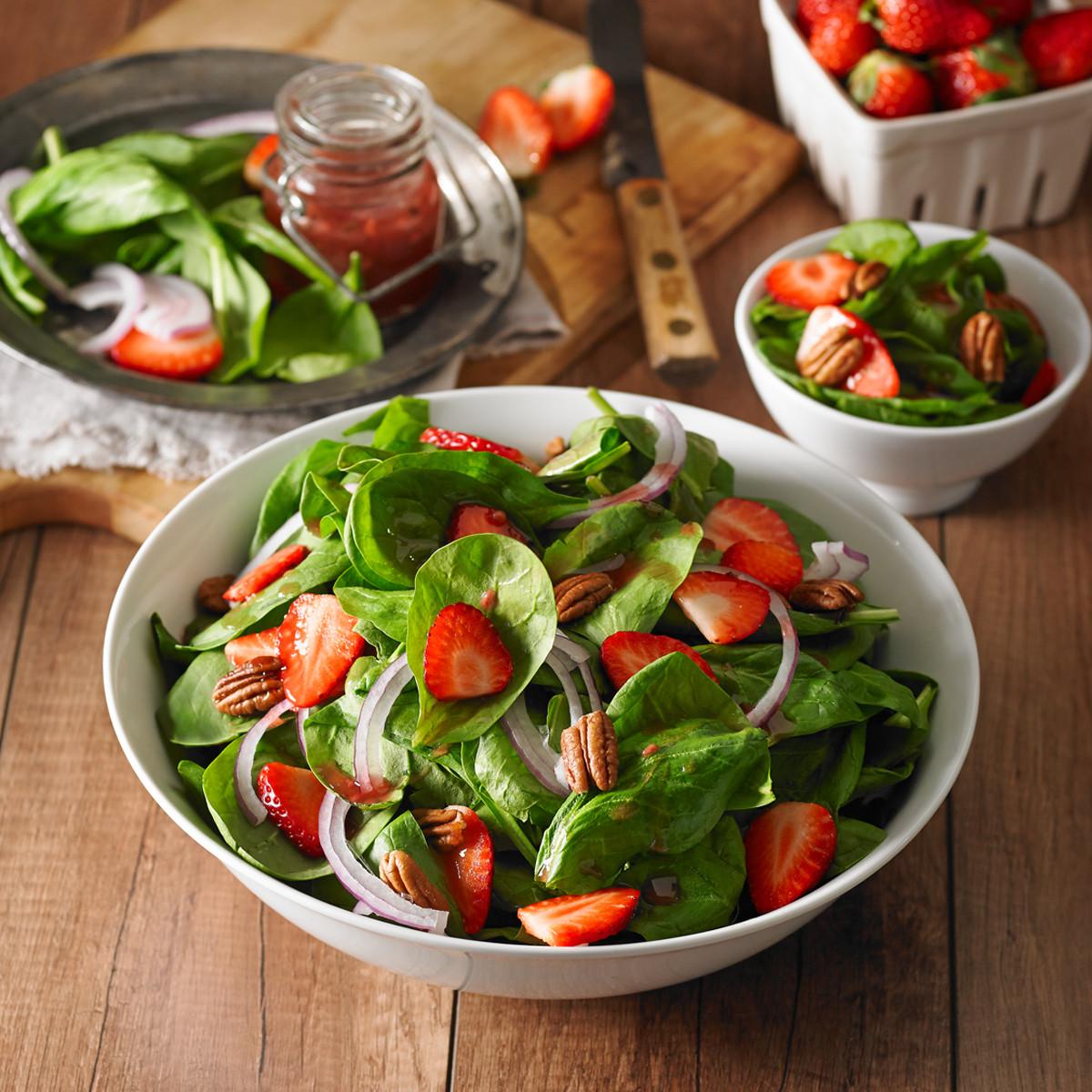 Salade aux épinards, noix de pécan et fraises