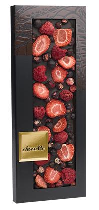 Горький шоколад с черной смородиной, ломтиками клубники, ягодами малины