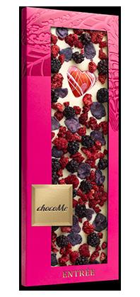 Белый шоколад с сердцем из белого шоколада, лепесткаи фиалки и ягодами