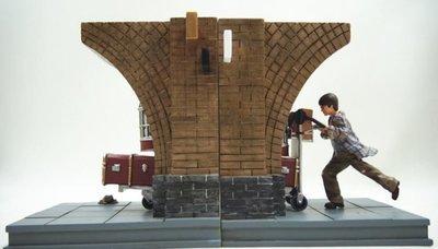 PRE-ORDER Harry Potter - Platform 9 3/4 Book Ends