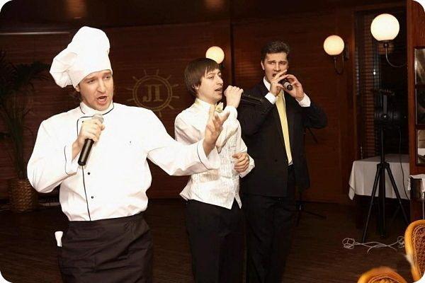 Поющие официанты