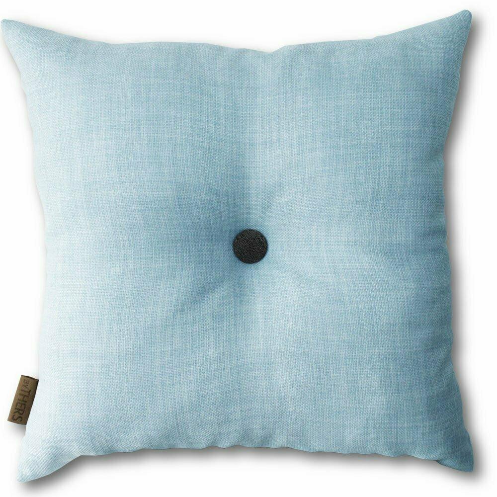 Lys blå pude med knap