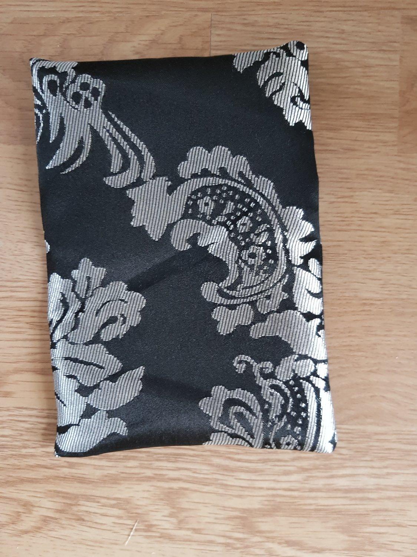 Papion brocart negru tapet