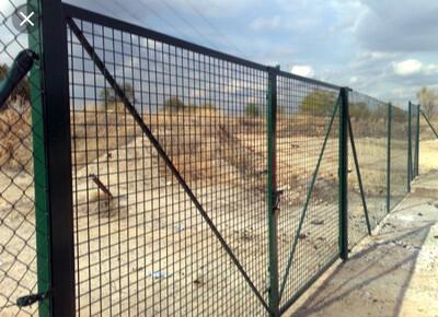 Puertas de 4 m por 2 m alto en verde