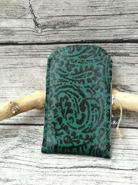 Handyhülle aus grün-schwarzem Kuhfell