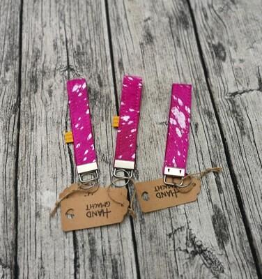 Schlüsselanhänger / Key Holder aus pink-grauem Kuhfell