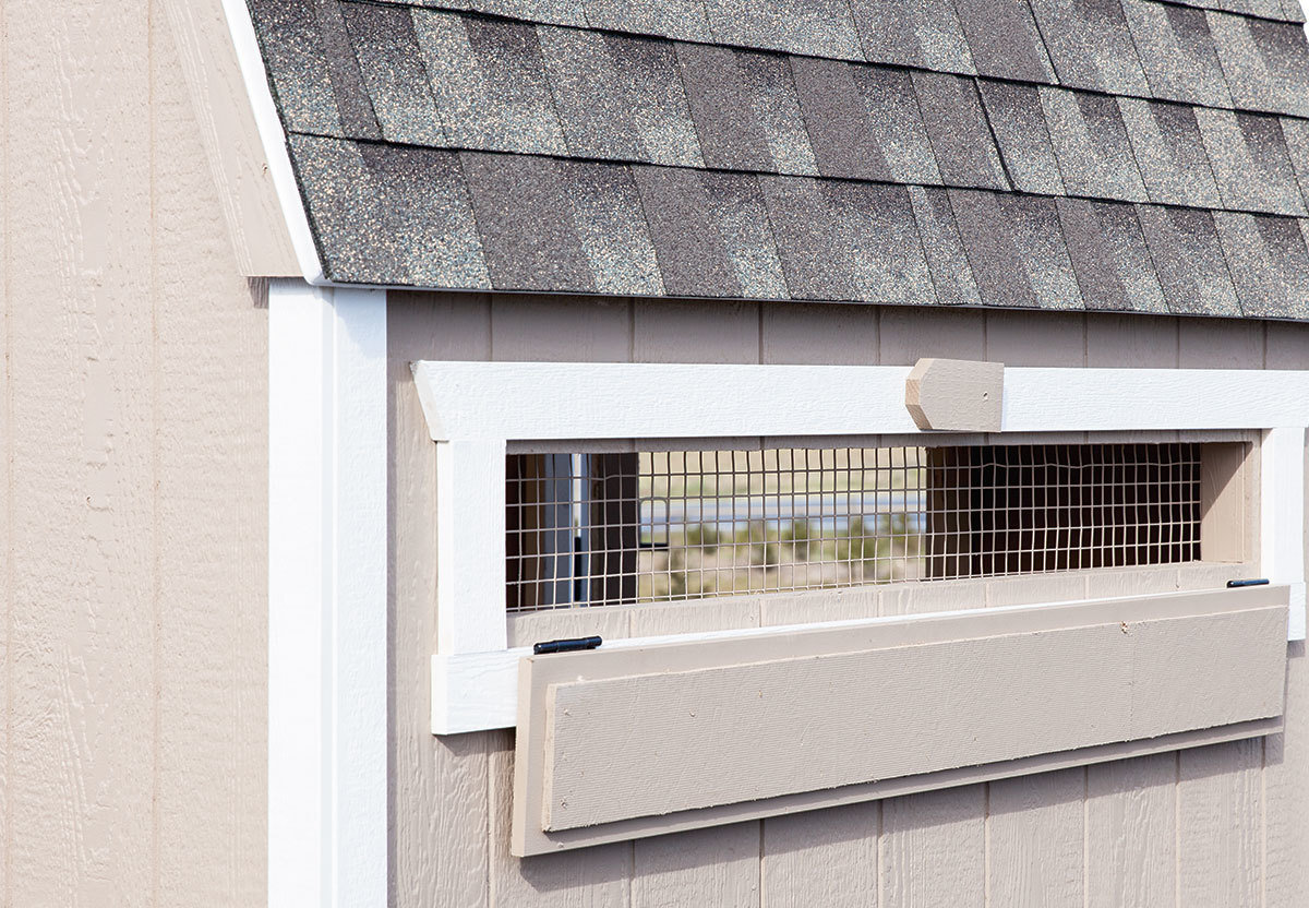 Chicken coop with vent lid