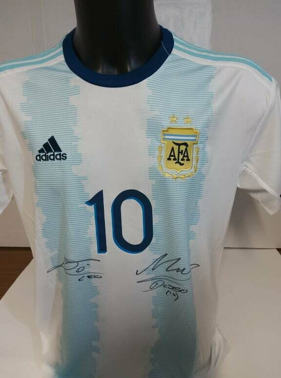 Maglia ARGENTINA LEO MESSI + DIEGO ARMANDO MARADONA  Autografata  LEO MESSI DIEGO ARMANDO MARADONA   ARGENTINA  Signed wich COA certificate LEO MESSI  ARGENTINA MARADONA