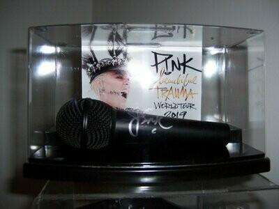 Microfono + Display Case PINK Autografato Signed Autografato Signed Microphone PINK Microfono COA certificate Signed Microphone + Case Signed Cantanti Singer Star