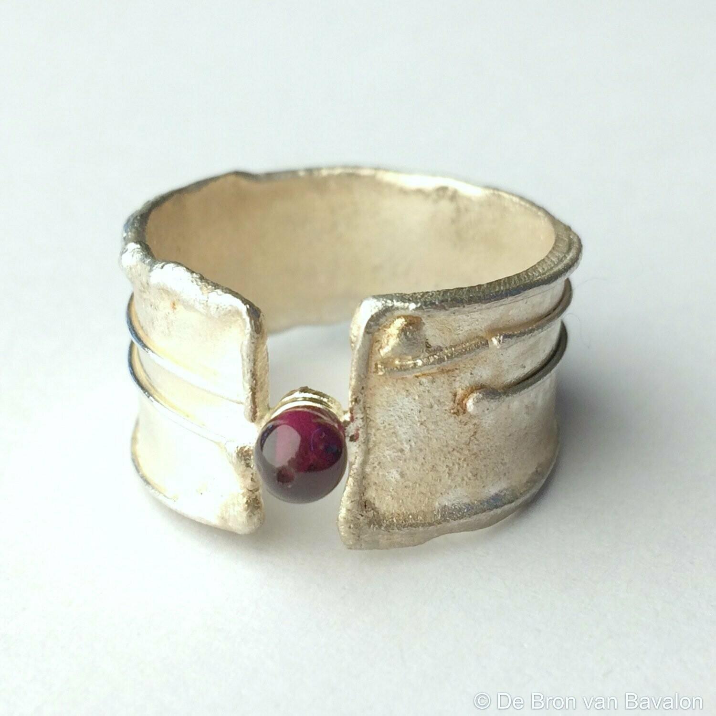 Ring in massief zilver m/1 bolletje granaat - Sofie Vanoosthuyse (België) - Maat62