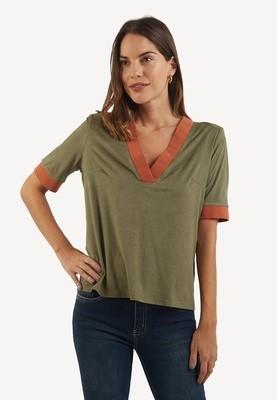 Polo manga corta color Verde con detalle en puño y cuello