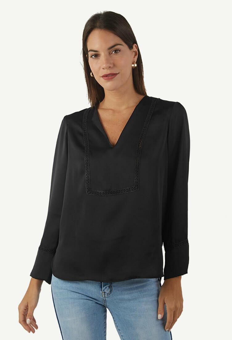 Blusa con bolillo color negro