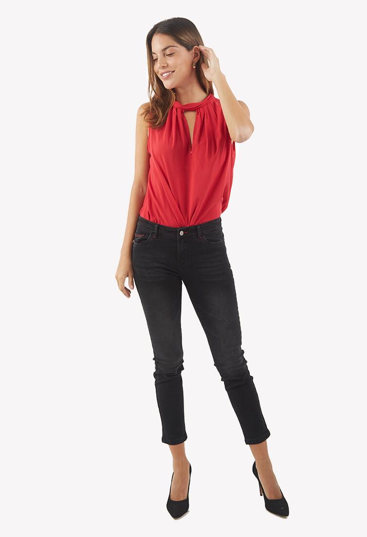 Jean color negro con detalles en rojo