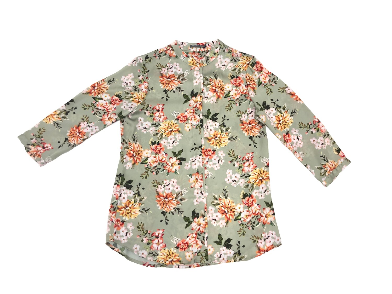 Blusa cuello neru con estampado floral verde