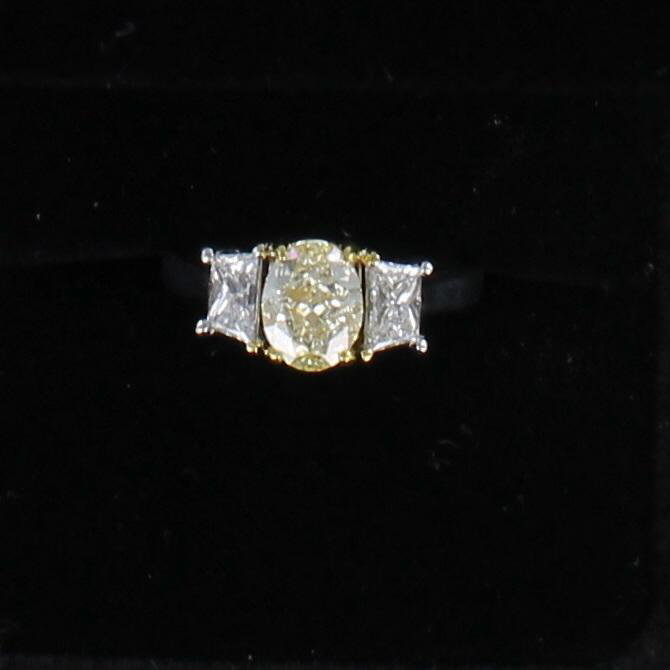 18KT/T 1.52 CT LIGHT FANCY YELLOW OVAL DIAMOND ENGAGEMENT RING