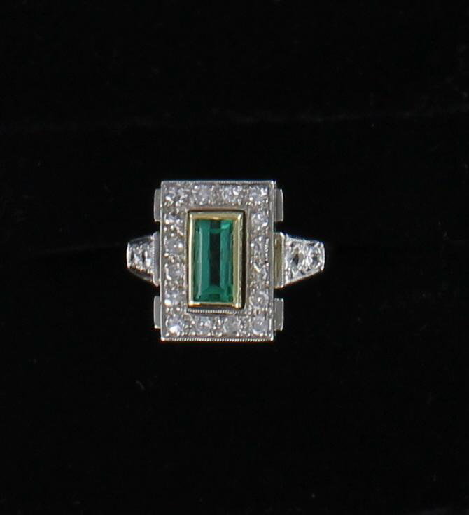 18KT/T EMERALD AND DIAMOND RING CIRCA 1930