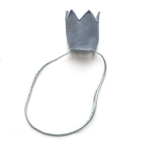 Фетровая корона — серая на серебряной резинке