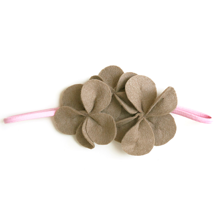 Фетровое украшение — светло-коричневое на розовой резинке