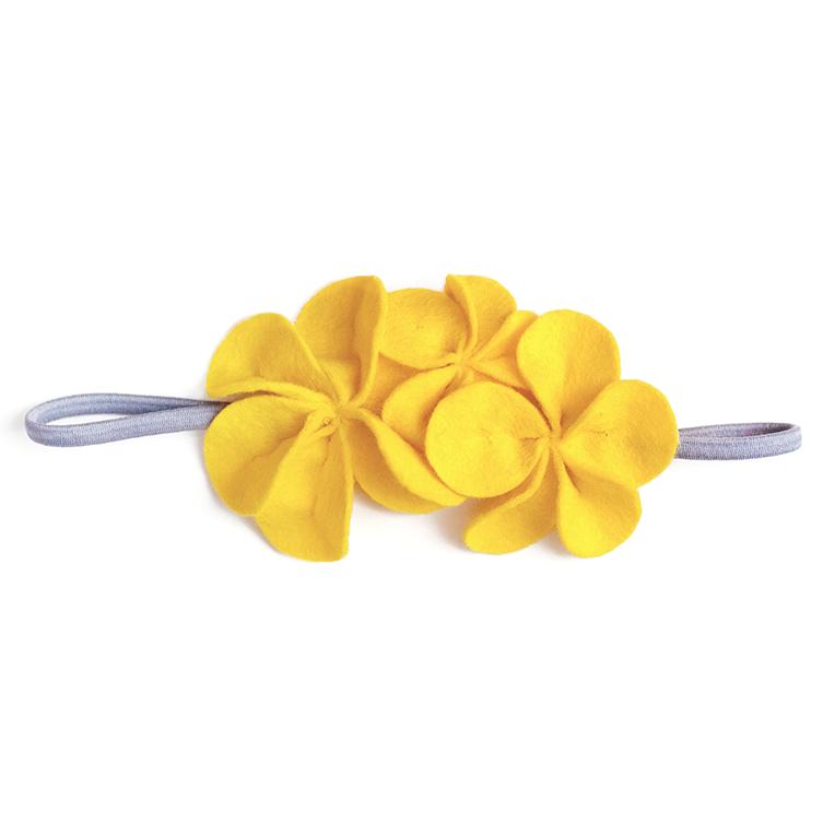 Фетровое украшение — жёлтое
