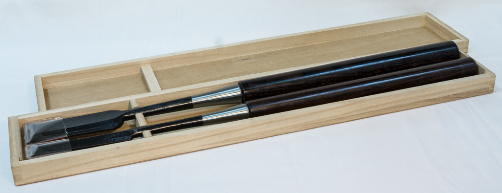 Set of two long chisels in box C00804