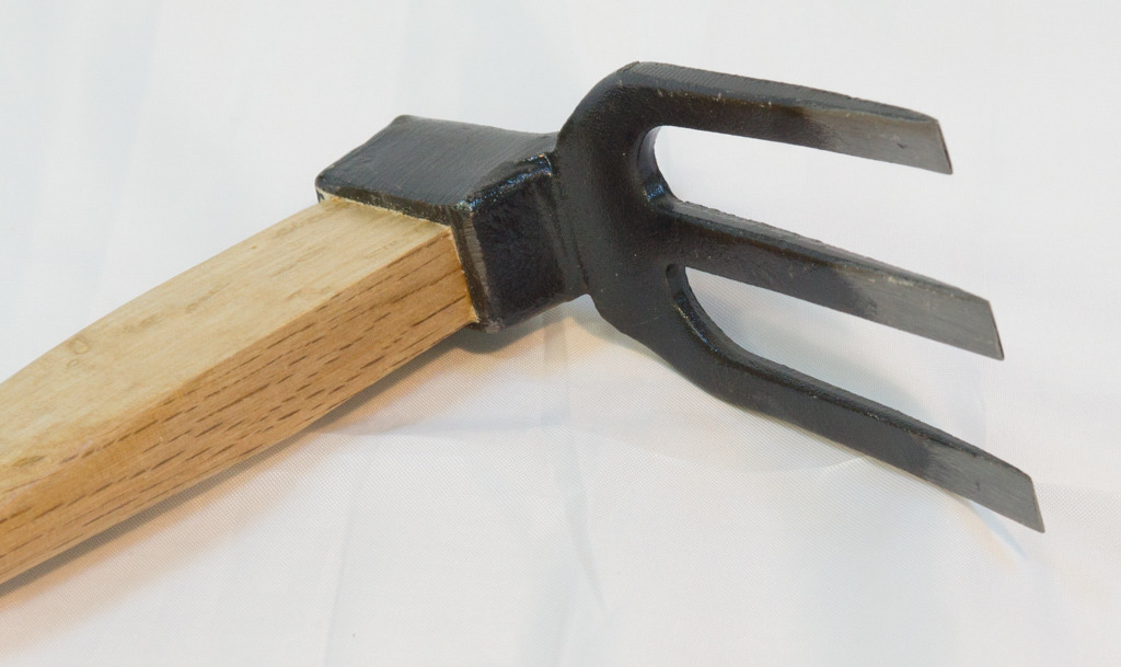 KUSAKICHI Sanbon Hoe (390mm) Wood Handle