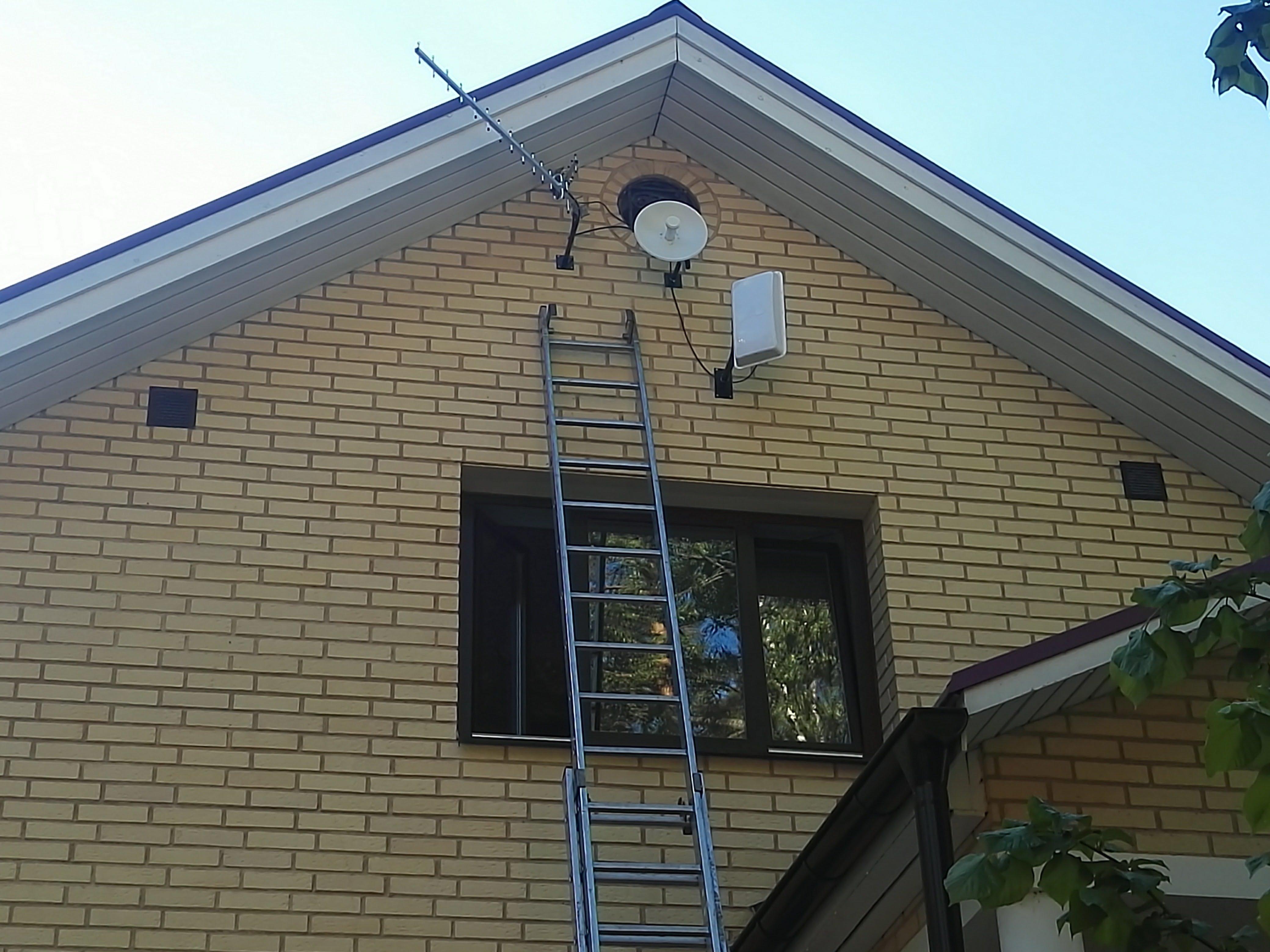 Монтаж антенны GSM 900 MediaWave MWA-9-Y18 на стене кирпичного дома
