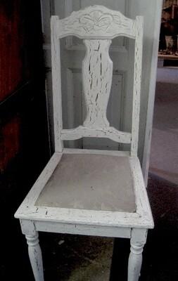 Kalkmalet stol med struktur