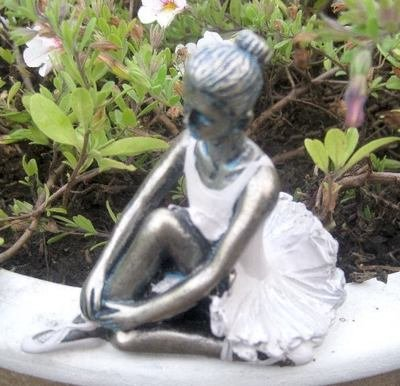 Lille flora ballet pige. Siddende H 9 cm Lys sand.