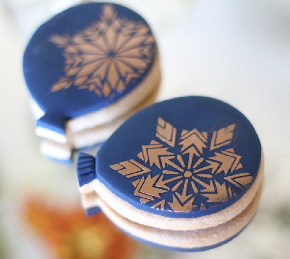 Christmas snowflake stencils adorn these fabulous navy blue balloon cookies decorated by Lindy Smith