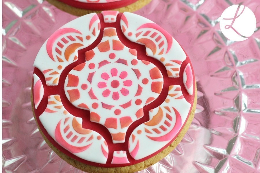 Interlocking Arabesque sugarcraft tile cutter used to decorate this delightful decorated biscuit