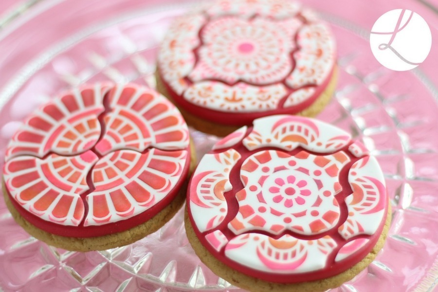 Interlocking Arabesque sugarcraft tile cutter used to decorate these delightful decorated biscuits