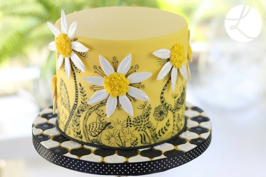 Interlocking Simple Arabesque Tile Cutter Set  used to decorate the cake board of this delightful daisy doodle cake