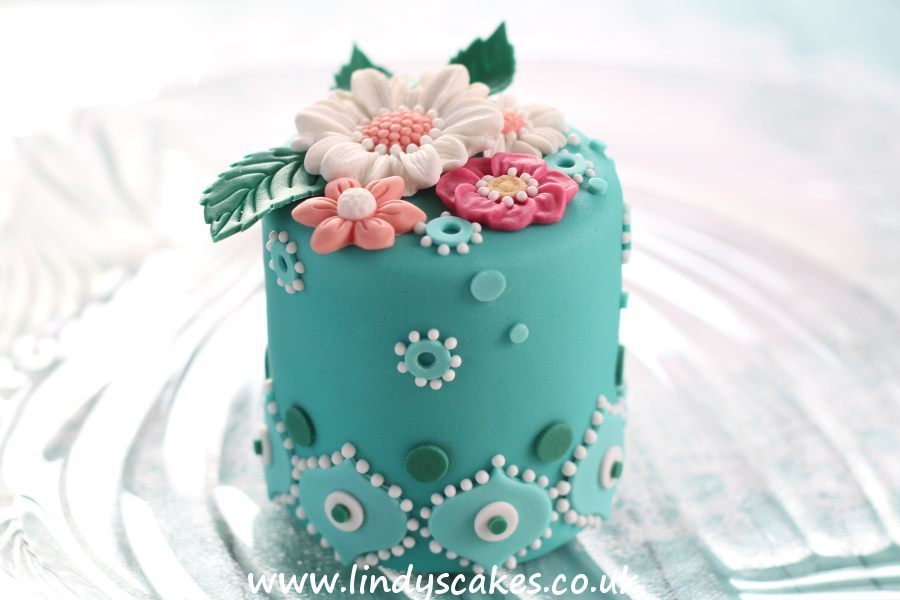 Interlocking simple arabesque tile used as a boarder around the  bottom of this delightful mini cake
