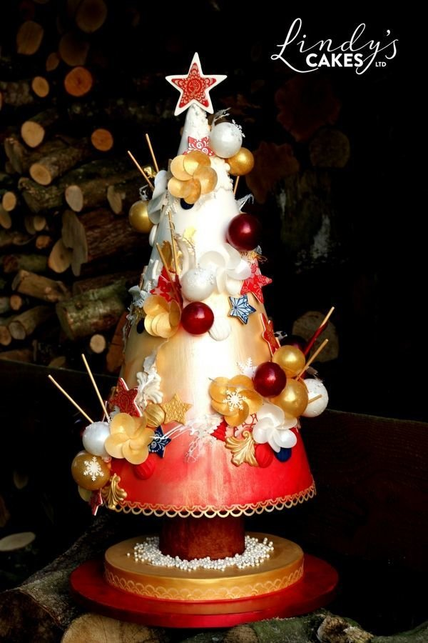 Can you spot the peacock stencil being used on this amazing Christmas cake?