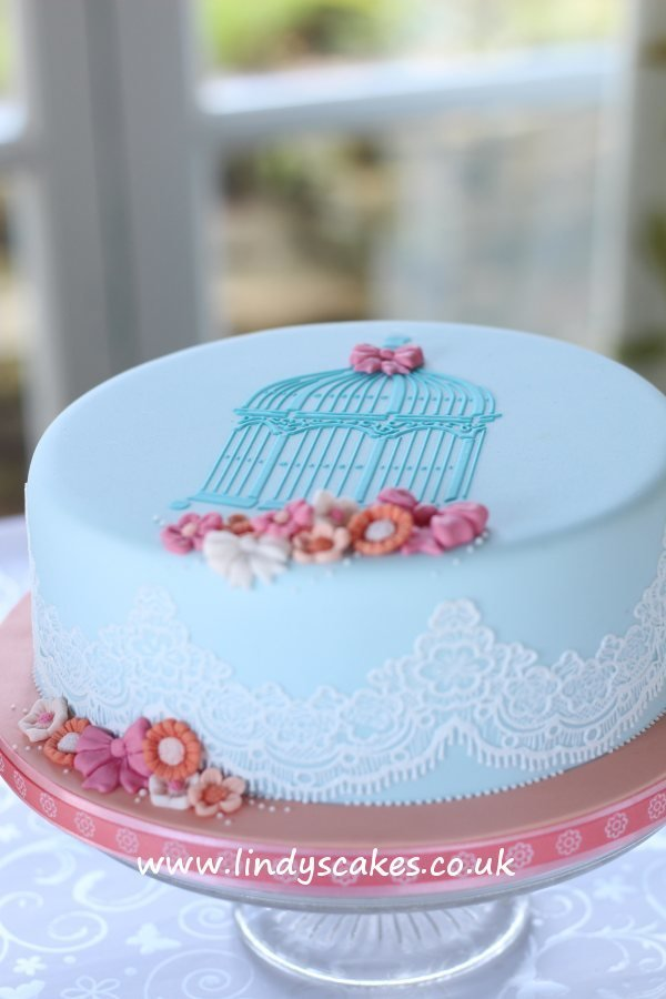 Cake decorated on Lindy's introduction to celebration cakes class