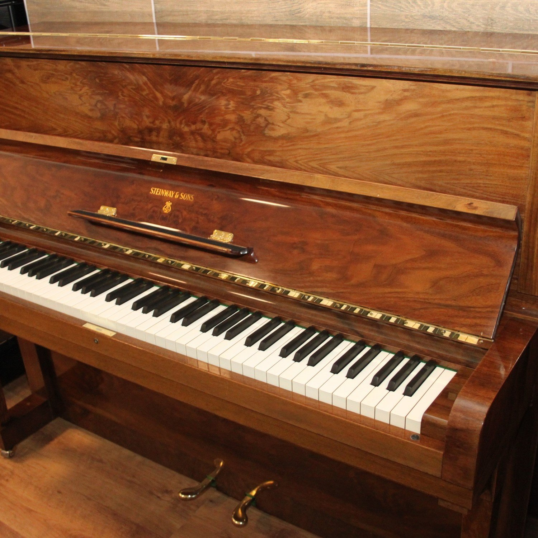 Klavier Steinway & Sons, Mod. Z-114, Nussbaum Schellack