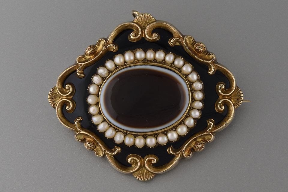 Agate and Black Enamel Mourning Pin/Pendant