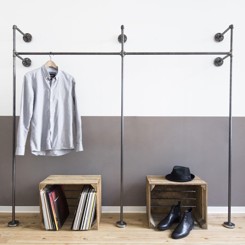 Offener kleiderschrank stange  Offener Kleiderschrank im Industrie-Stil aus Stahlrohr