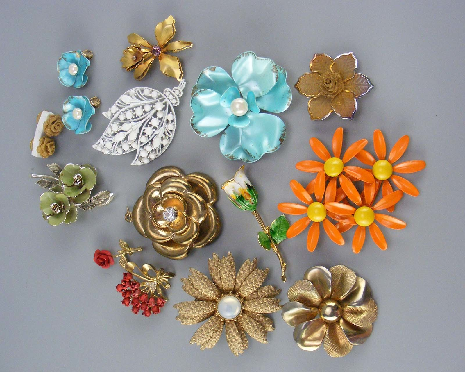 Lot of 11 brooches, 1 pendant, and two pair of earrings 00056