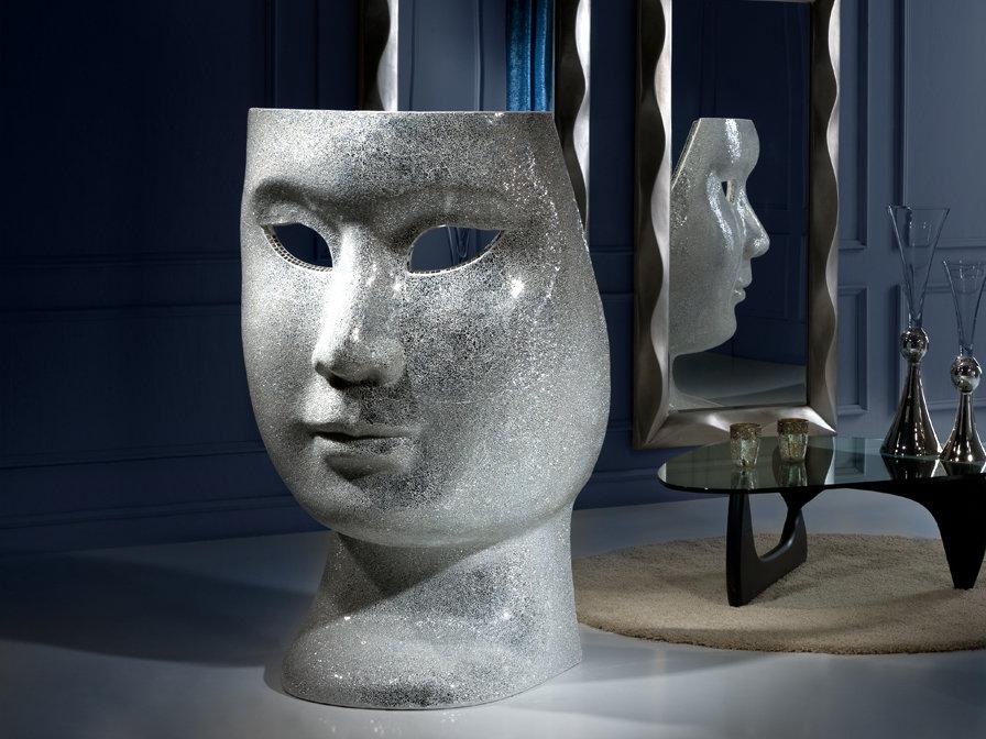 Escultura Sillón de respaldo alto con forma de máscara.